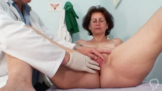 Deep examination of granny\'s wet cunt