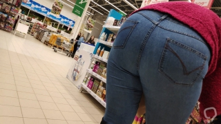 Mommy loves to bend over and show her big ass in tight jeans