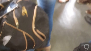 Loira  madura milf rabuda jeans trem 2
