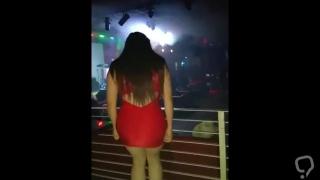 Chica culona baila puta en vestido rojo