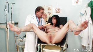 Brunete Mature Bitch Receives A Dildo Therapy