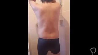 Santos Vargas caliente en la ducha