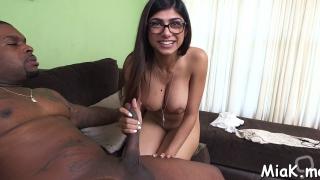 Arab chick shows handjob skills