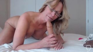 Mature milf knows how to suck twerking elastic big ass