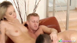 Blondie in bi threesome