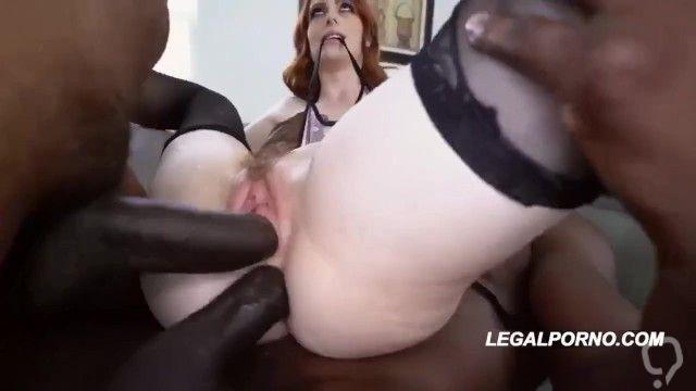 Dos pijas negras y grandes dentro de una blanca