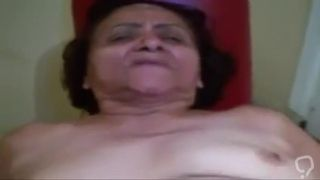 Abuelita brasileña dando culito a joven