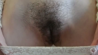 Solo hottie stretches her hairy cunt